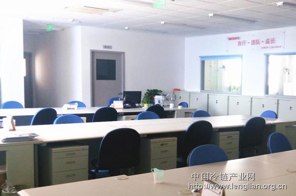 典型而传统的日企完全敞开式办公室风格设计图片